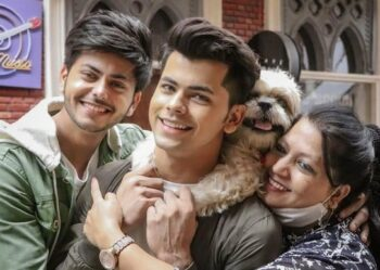 Abhishek Nigam With brother and Mom